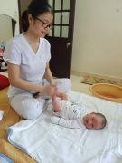 Tắm bé tại nhà ở Hà Nội