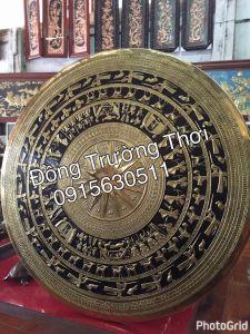 Mặt trống đồng gò tay thúc nổi, chất liệu đồng vàng sơn nền đen. kích thước 1m