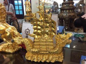 Thuyền phong thủy mạ vàng