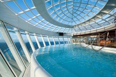 Tấm lợp lấy sáng Polycarbonate được ứng dụng làm mái che bể bơi .