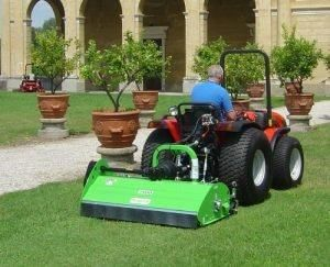 Máy cắt cỏ phía sau