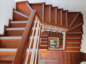 lan can tay vị cầu thang mặt bậc gỗ 01