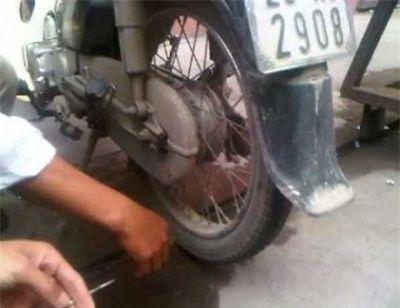 Bắt quả tang kẻ chuyên chọc lốp xe máy trong siêu thị BigC