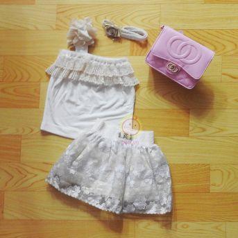 Bộ thiết kế áo lệch vai viền ren váy thêu hoa trắng
