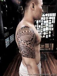hình xăm maori bắp tay
