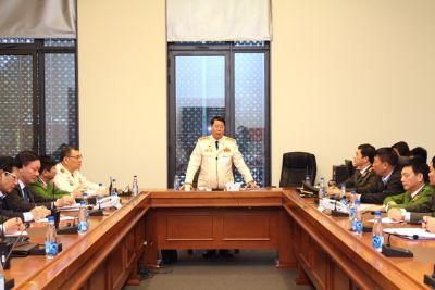 Thứ trưởng Bùi Văn Nam tranh thủ thời gian trước giờ họp để thăm hỏi, động viên cán bộ chiến sĩ đang bảo vệ Đại hội