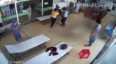 Bệnh nhân chống đối đeo khẩu trang, đấm bác sĩ bầm tím mặt