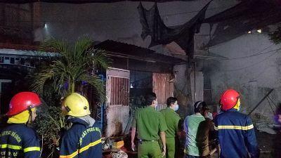 Gần trăm cảnh sát căng mình dập lửa tại xưởng phế liệu ở Sài Gòn