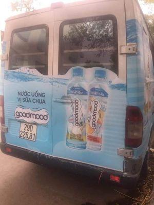Lấy mẫu kiểm nghiệm đồ uống phát miễn phí trước cổng trường ở Nghệ An