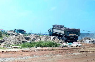 Xử lý nghiêm hành vi đổ trộm chất thải rắn xây dựng