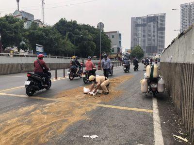 CSGT tất bật đổ cát thu gom dầu nhớt  đổ, quét dọn đường phố  sau vụ tại nạn