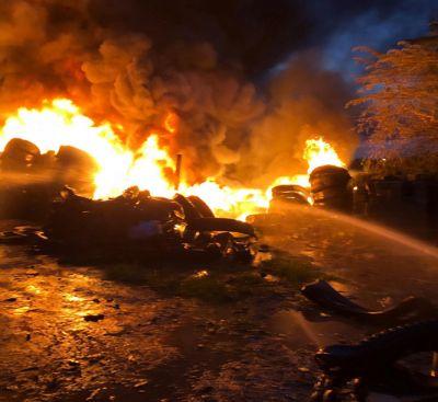 Nghệ An: Cháy lớn bãi tập kết lốp xe bên đường tỉnh lộ