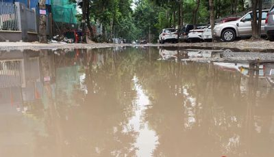 Hà Nội: Đường nát bét, ngập như ao làng giữa phố, Sở và quận bất lực không thể sửa ?