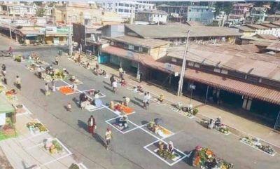 Nên cho tiểu thương ở các khu chợ truyền thống bị đóng cửa bày hàng hóa trên lề đường để buôn bán như chợ hoa ngày Tết