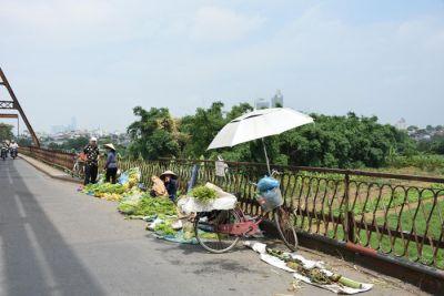 Bán hàng trên cầu Long Biên