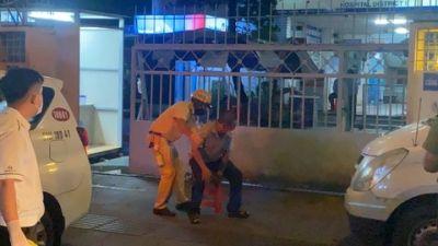 Người đàn ông khó thở chạy đến chốt cầu cứu, được CSGT đưa đi bệnh viện