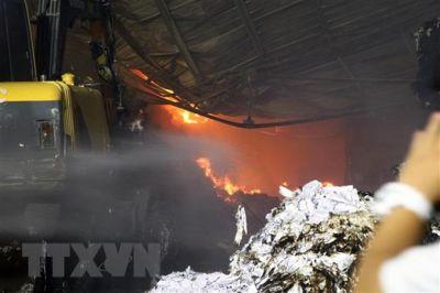 Cháy lớn thiêu rụi nhà xưởng xây ngay dưới lưới điện
