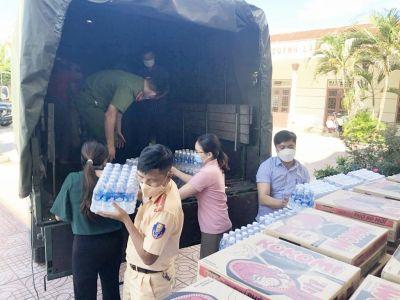 Tặng quà hỗ trợ người dân bị ảnh hưởng do mưa lũ