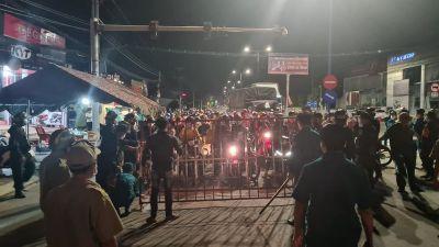 Tối 1-10, hàng trăm người về quê miền Tây bị chặn tại Bình Dương