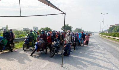 CSGT bố trí xe cảnh sát dẫn dọc tuyến đường đưa bà con từ vùng dịch phía Nam qua Hà Nội