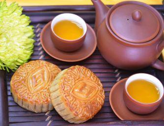 Cùng người thân nhâm nhi trà nóng ngày tết