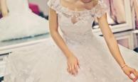 Chọn váy cưới khắc phục vòng 1 nhỏ
