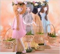 Cô gái và giỏ hoa