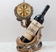 Kệ rượu linh dương và đồng hồ