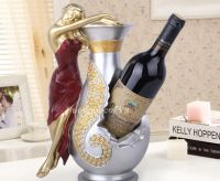 Kệ rượu cô gái và chiếc bình