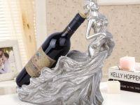 Kệ rượu cô gái mặc đầm