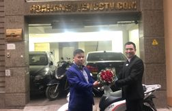 Trao thưởng cho anh Lục Quang Khương chiếc xe SH 125i sau nhiều năm gắn bó cộng tác cùng Hoàng Nguyễn. Anh Lục Quang Khương hiện tại là quản lý văn phòng uỷ quyền tại lý Nam đế