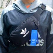 Túi đeo chéo bao tử Adidas màu đen logo trắng