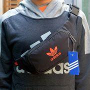 Túi đeo chéo bao tử Adidas màu đen logo đỏ