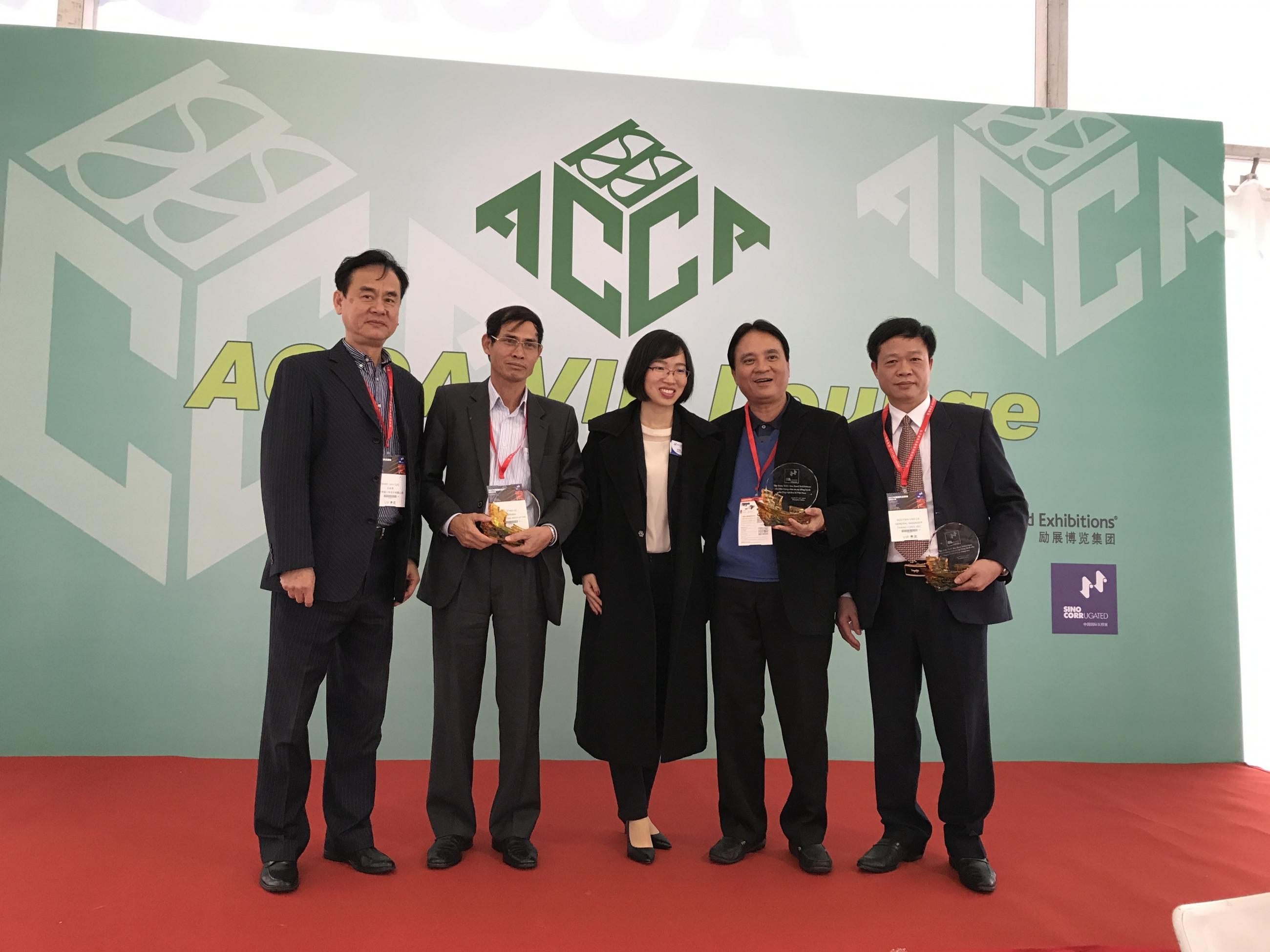 Nhận cúp doanh nghiệp có nhiều thành tích trong hợp tác Trung Việt tại Shanghai tháng 04 năm 2017