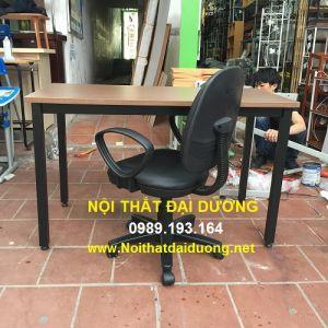 Bàn làm việc chân sắt giá rẻ BLV1260CS+ Ghế xoay Hòa Phát đệm giả da