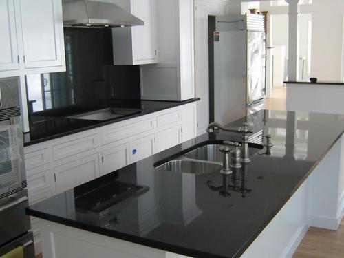 kính màu tủ bếp