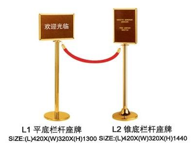 Cột ngăn dây nhung có biển báo L1-2