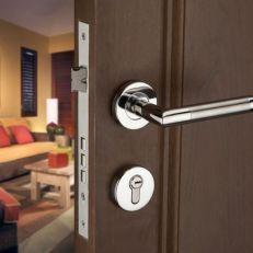 Khóa cửa có hiện tượng rơ, rung lắc tay và cách khắc phục