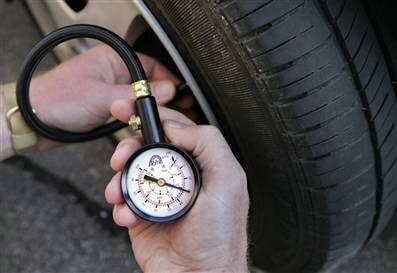 Bơm lốp ô tô bao nhiêu là đủ?