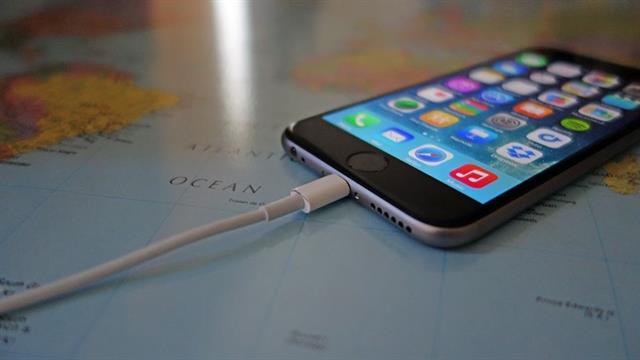 Có nên sạc iPhone qua đêm không?