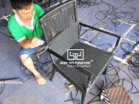 Cận cảnh công việc đan thủ công ghế café mây nhựa