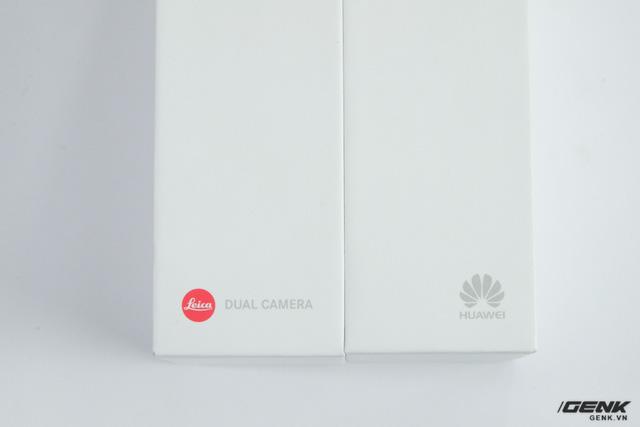 Bên cạnh logo của Huawei, hộp của P10 còn có logo của Leica - nhà sản xuất danh tiếng từ Đức đã giúp Huawei phát triển công nghệ camera kép trên P10