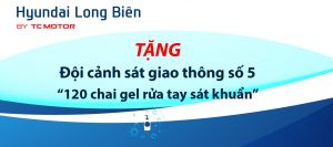 Hyundai Long Biên tặng Đội cảnh sát giao thông số 5 120 chai gel rửa tay sát khuẩn