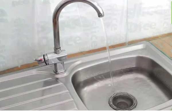 Sử dụng pít-tông cao su để thông bồn rửa bát đĩa