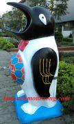 Thùng rác con chim cánh cụt ôm bóng