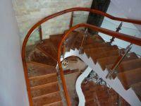 Sự kết hợp của cổ điển và hiện đại với cầu thang kính gỗ