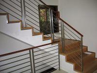 Cầu thang inox tay vịn gỗ sự kết hợp độc đáo mang phong cách hiện đại