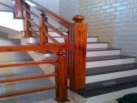 Mẫu cầu thang gỗ vuông - nét đẹp cổ kính cho nội thất gia đình