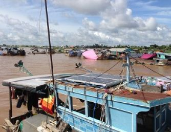 Ghe năng lượng mặt trời trên sông