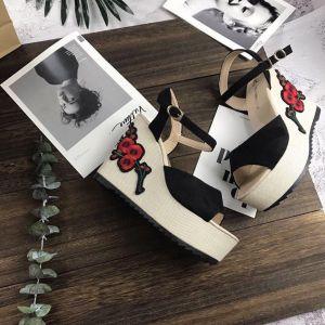 Giày đế xuồng hoa văn đỏ